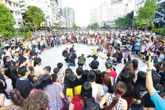 Hai nhóm nhảy free style thi tài với nhau trên phố đi