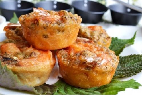 Bánh vẫn nhân đậu nguyên hột, và bánh nào như bánh nấy, chưn giá hay chưn đậu, vẫn có con tôm khô làm màu.