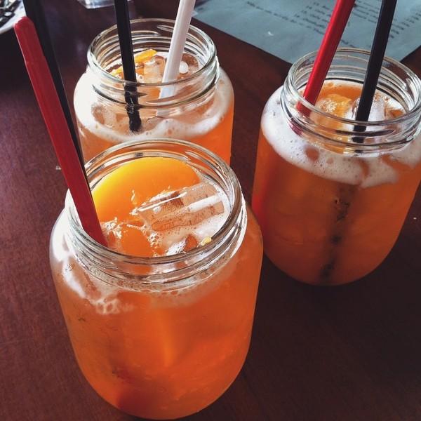 Món trà đào giờ xuất hiện ở mọi quán café (Ảnh: Instagram @jenbiejenbie)