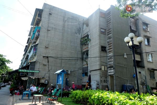 Chung cư Thanh Đa vẫn còn hàng nghìn hộ dân đang sống trong cảnh thấp thỏm khi tường nhà ngày càng hư hỏng.