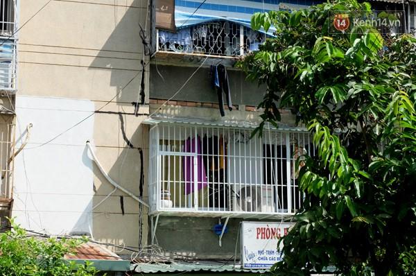 Mảng tường nứt toác được người dân dùng xi măng sửa chữa tạm thời để chống thấm nước.