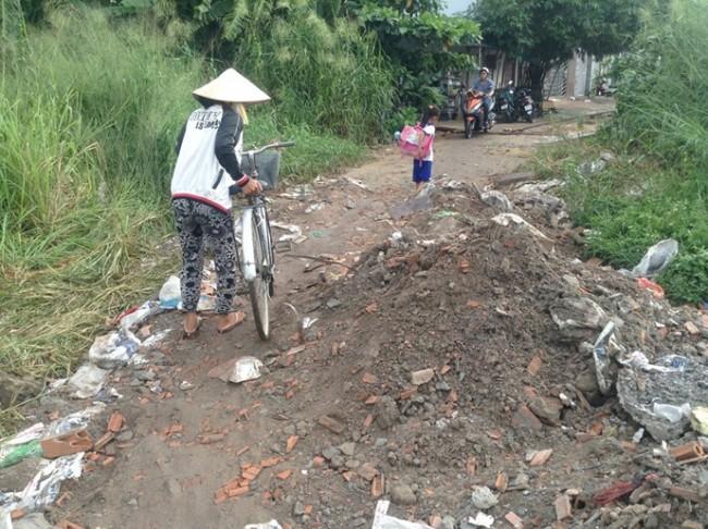 Con đường khó đi khiến nhiều đứa trẻ phải đi bộ mới qua được - Ảnh: Bùi Thư