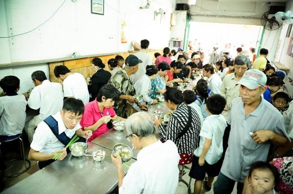 Tới giờ phục vụ, quán rất đông nhưng vẫn vô cùng trật tự - Ảnh: Nguyên Trương