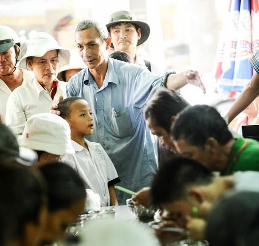Nhân viên tình nguyện tại quán chỉ đường cho một khách hàng nhí - Ảnh: Nguyên Trương