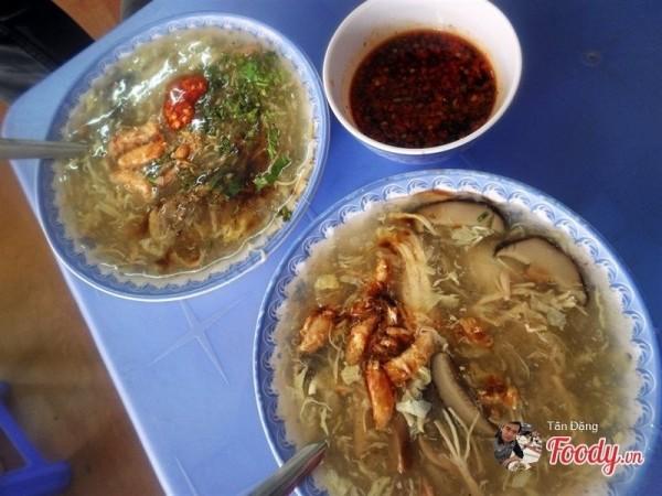 Súp cua Trang nổi tiếng hấp dẫn nhất phố ăn vặt Vạn Kiếp - Ảnh: foody