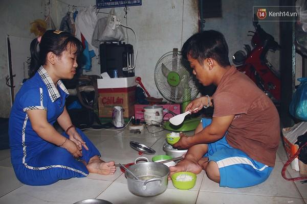 Tuy cuộc sống còn khó khăn, nhưng chị Đào luôn hạnh phúc khi có một người chồng biết chăm lo cho vợ.