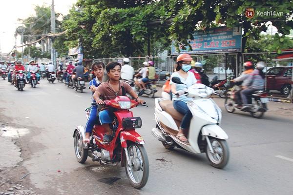 Anh chị vốn nhỏ bé lại càng nhỏ bé hơn trên đường phố Sài Gòn. Thế nhưng cặp đôi tí hon chưa bao giờ bỏ cuộc khi nghĩ về tương lai.