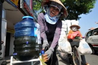 Thùng trà đá, sửa giày miễn phí, bảng chỉ đường... là một trong những mẩu chuyện tử tế nho nhỏ mà chúng ta có thể dễ dàng bắt gặp hàng ngày ở Sài Gòn . Ảnh: Internet