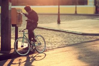 Ở đâu đó, giữa Sài Gòn, vẫn còn người đi xe đạp gửi thư tay. Bức ảnh được chụp ở hòm thư ngay trước cửa Bưu điện thành phố.