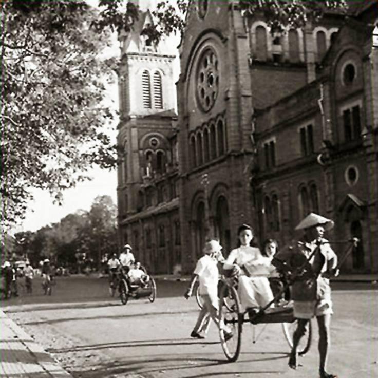 Bên hông nhà thờ Đức Bà trước 1945. Ảnh internet.