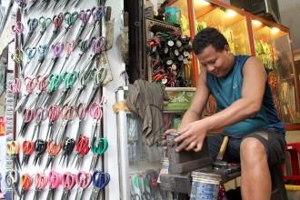 Nghề mài dao, bán kéo thủ công còn sót lại ở TP HCM. Ảnh: Zen Nguyễn.