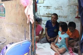 Bốn cha con anh Nguyễn Công Tuấn sống chen chúc tại ngôi nhà tí hon ở con hẻm 107 đường Bùi Viện.