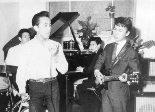 Elvis Phương và bạn bè trung học biểu diễn văn nghệ khắp Sài Gòn.