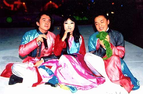 """Lam Trường - Phương Thanh - Đan Trường biểu diễn ca khúc """"Tát nước đầu đình"""" trong liveshow Làn sóng xanh năm 2002"""