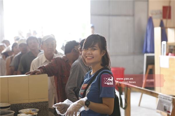 Một bạn trẻ tham gia chuyển phần ăn đến những người khó khăn.