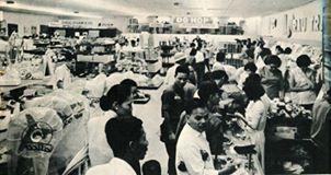 Bố trí bên trong siêu thị không khác siêu thị ngày nay.