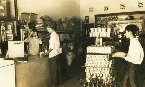 Một siêu thị mini xuất hiện sau siêu thị Nguyễn Du, khoảng đầu thập niên 1970, giống hình thức cửa hàng tiện lợi ngày nay