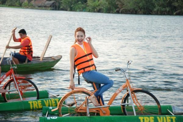 Ca sĩ Minh Hằng thích thú với trò chơi trên sông tại Tre Việt. Ảnh: langdulichtreviet