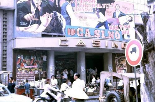 Casino Saigon là rạp chiếu phim hạng nhì, có giá vé thuộc loại trung bình ở Sài Gòn