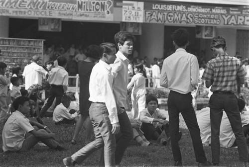 Vườn hoa trước rạp Rex là nơi tụ tập quen thuộc của giới trẻ Sài Gòn trước 1975.