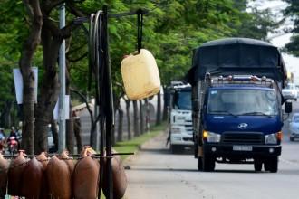 Những người buôn bán dầu lẻ không cần trưng hàng vẫn có thể giao dịch với cánh tài xế xe tải. Trên các quốc lộ 1A, 22, Đại lộ Nguyễn Văn Linh... xuất hiện khá nhiều.