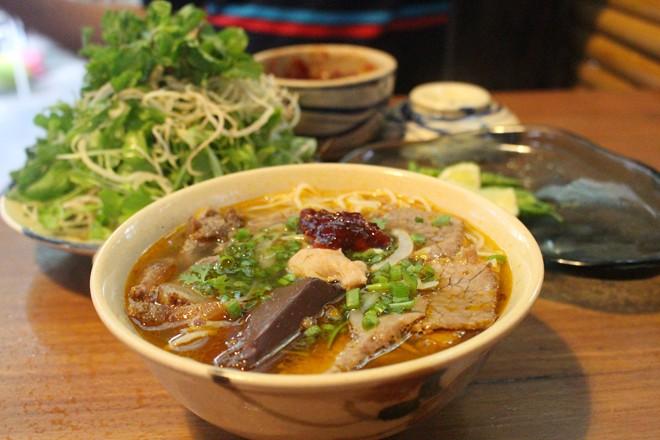Món được yêu thích thứ hai tại quán là bún bò Đà Nẵng.