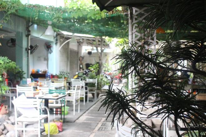 Nằm trong hẻm 206 Đinh Tiên Hoàng, quận Bình Thạnh, TP HCM, Quán Gì Đó là điểm đến của những người con Đà Nẵng cũng những ai trót mê ẩm thực mảnh đất này.
