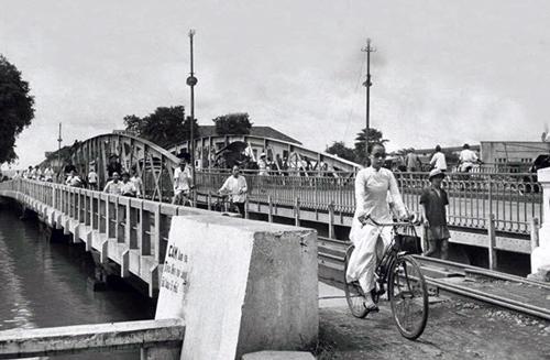 Sau năm 1940, cầu Khánh Hội hết quay khi có tuyến đường sắt chạy qua. Ảnh: Panoramio