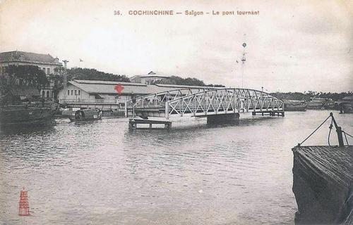 Cầu Khánh Hội xoay ngang trong ngày để tàu thuyền qua lại. Ảnh: Panorami