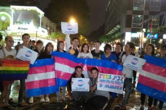 """Mọi người cùng nhau hô vang khẩu hiệu """"Tôi ủng hộ người chuyển giới"""" và """"Cảm ơn Quốc hội"""" - Ảnh: Vũ Phượng"""