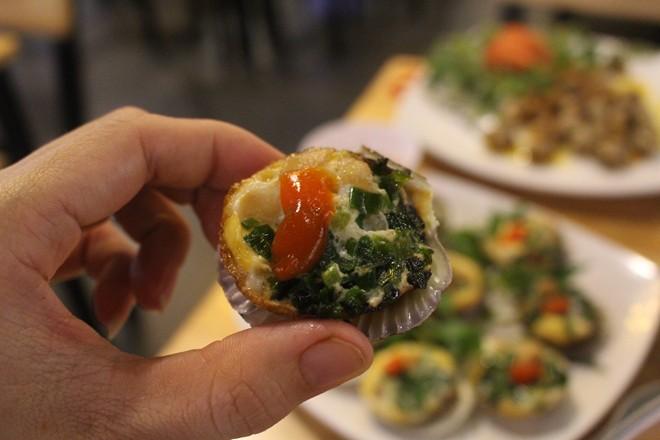 Đến bông hoa đầy màu sắc trong món sò điệp nướng trứng cút ăn kèm tương xí muội.
