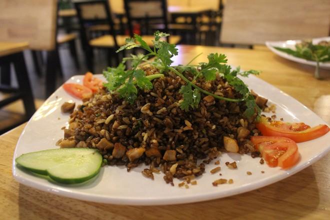 Cơm chiên đen xá xíu nên là món kết thúc bữa ăn để bạn chắc bụng.
