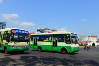 Ngày càng nhiều người chọn phương tiện công cộng là xe buýt để đi lại.