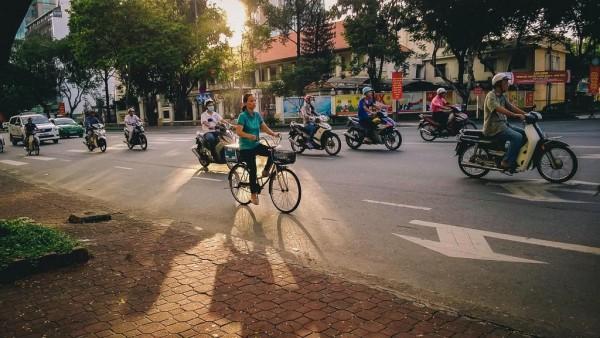Cô đạp xe đi làm