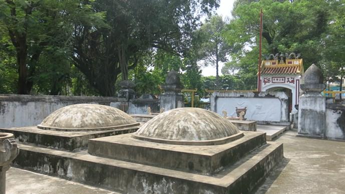 Phần mộ của Tả quân Lê Văn Duyệt và vợ ông là bà Đỗ Thị Phận. Hai ngôi mộ đặt song song và được cấu tạo giống nhau, có hình dạng như nửa quả trứng úp trên bệ lớn hình chữ nhật