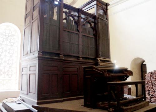 Cây đàn organ cổ của nhà thờ hiện đã bị hư hỏng. Ảnh: Hữu Công