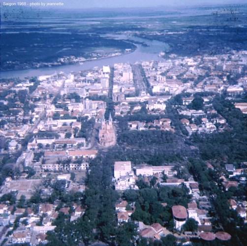Nhà thờ Đức Bà và sông Sài Gòn nhìn từ máy bay.