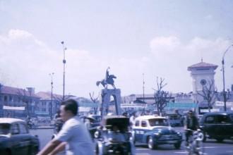 Tượng đài Trần Nguyên Hãn trước chợ Bến Thành.