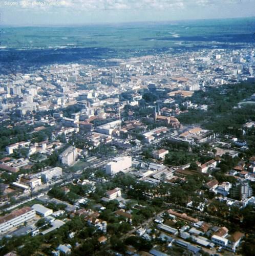 Trung tâm Sài Gòn nhìn từ máy bay, với điểm nhấn là nhà thờ Đức Bà.