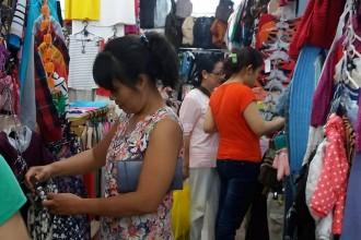 Không nói thách là một trong những bí quyết khiến chợ Nga luôn đông khách tìm đến mua sắm. Ảnh: HL.