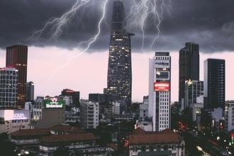 Vẻ đẹp ấn tượng của Sài Gòn khi cơn giông ập đến - Ảnh: @Cthinh