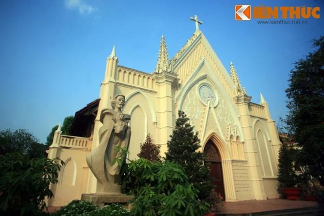 Trong khuôn viên Đại Chủng viện Thánh Giuse ở số 6 Tôn Đức Thắng, TP HCM có một nhà thờ cổ tuyệt đẹp mà sự hiện diện của nó không nhiều người biết đến. Đó là một ngôi nhà nguyện (nhà thờ dành cho một cộng đồng nhỏ, khép kín) được xây dựng từ năm 1867 với những họa tiết trang trí tinh tế.