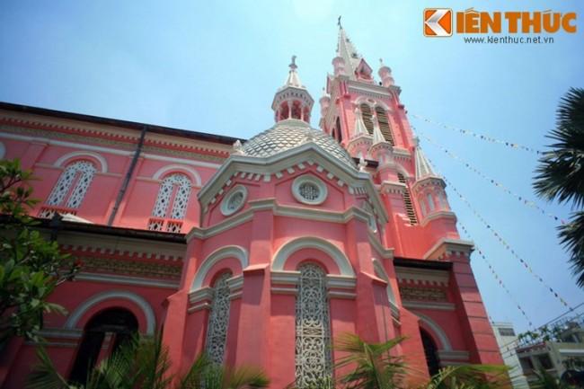 Nằm tại số 289 Hai Bà Trưng, phường 8, Quận 3 TP HCM, nhà thờ Tân Định có tên chính thức là Nhà thờ Thánh Tâm Chúa Giêsu Tân Định, được xây dựng từ năm 1870 - 1876. Về tổng thể, nhà thờ mang phong cách kiến trúc Gothic, nhưng các chi tiết trang trí lại mang ảnh hưởng phong cách Roman và Baroque. Nhà thờ Tân Định cùng với Nhà thờ Đức Bà là hai nhà thờ cổ có quy mô lớn và kiến trúc đẹp nhất tại Sài Gòn.
