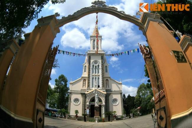 Nhà thờ Huyện Sỹ do ông bà Lê Phát Ðạt, tức Huyện Sỹ - người giàu nhất Sài Gòn thời bấy giờ, hiến đất và xuất 1/7 gia tài để xây dựng đầu thế kỷ 20, thời giá lúc bấy giờ là khoảng trên 30 muôn (mười ngàn) đồng bạc Đông Dương. Công trình được xây dựng từ năm 1902 - 1905 theo phong cách kiến trúc Gothic, nằm tại vị trí góc đường Nguyễn Trãi - Tôn Thất Tùng ở quận 1 TP HCM ngày nay.