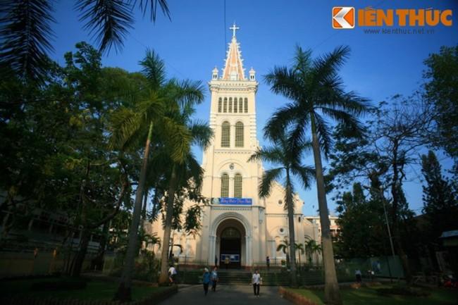 Nằm trong một khuôn viên rộng lớn với nhiều cây xanh trên đường Trần Bình Trọng, quận 5, TP HCM, nhà thờ Chợ Quán được biết đến như thánh đường Công giáo cổ nhất của mảnh đất Sài Gòn - Chợ Lớn. Cơ sở đầu tiên của nhà thờ hình thành vào những năm 1700, khi Họ đạo Chợ Quán thành lập. Trải qua nhiều lần xây mới, công trình nhà thờ hiện tại khánh thành vào năm 1896, mang phong cách kiến trúc Gothic.