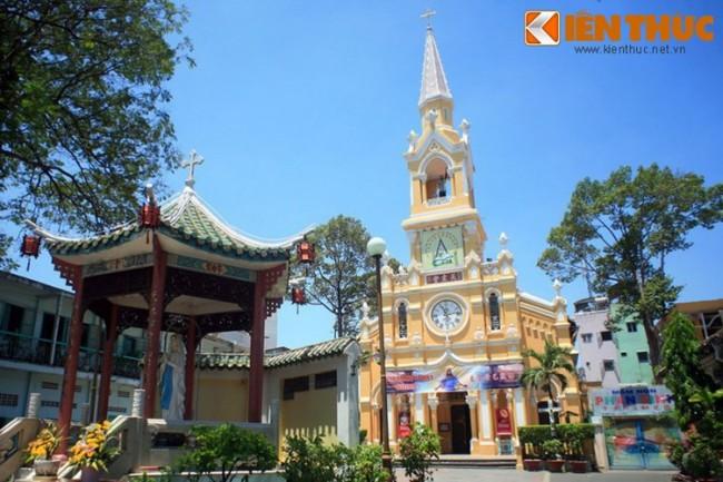Tọa lạc tại số 25 đường Học Lạc, quận 5, TP HCM, nhà thờ Cha Tam (tên chính thức: Nhà thờ Thánh Phanxicô Xaviê - Saint Francisco Xavier) là một nhà thờ cổ có kiến trúc lạ bậc nhất Sài Gòn với phong cách Gothique Châu Âu kết hợp với những yếu tố văn hóa đặc trưng của người Hoa. Nhà thờ này được xây dựng từ năm 1900 - 1902.