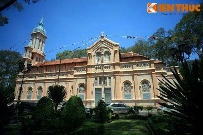 10 nha tho co hot nhat Sai Gon mua Giang sinh-Hinh-8 Nhà thờ Ngã Sáu (nhà thờ Thánh Jeanne d'Arc) nằm ở số 16A, đường Hùng Vương, quận 5 TP HCM, được xây dựng từ năm 1922 - 1928 theo phong cách kiến trúc Gothique. Dù không nổi tiếng bằng một số nhà thờ khác, nhà thờ Ngã Sáu vẫn là một điểm đến thú vị cho những người thích khám phá kiến trúc cổ của Sài Gòn.