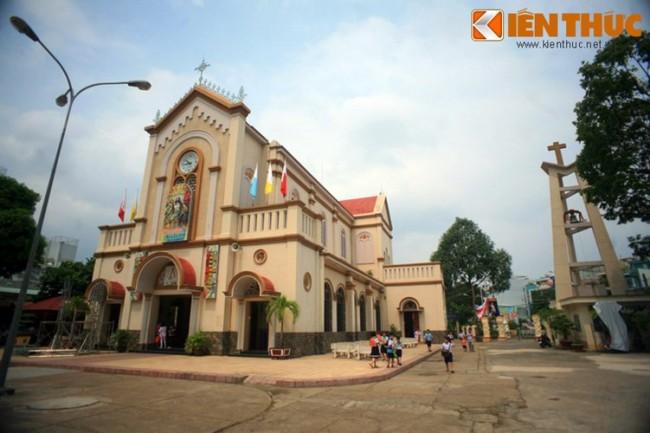 Tọa lạc ở số 149 đường Bành Văn Trân, phường 7, quận Tân Bình, nhà thờ cổ Chí Hòa (nhà thờ Đức Mẹ Mân Côi) được xây dựng vào năm 1890. Về tổng thể, nhà thờ Chí Hòa không có quy mô hoành tráng và trang trí cầu kỳ như một số nhà thờ khác của Sài Gòn thời thuộc địa. Những năm gần đây, nhà thờ này nổi tiếng với thánh lễ Lòng Chúa Thương Xót, được cho là rất linh ứng.
