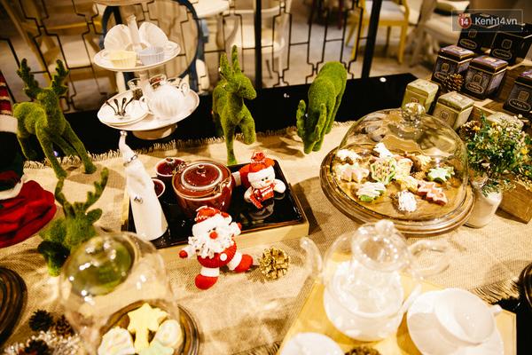 Một bàn tiệc trà mang phong cách Giáng Sinh tại quán.