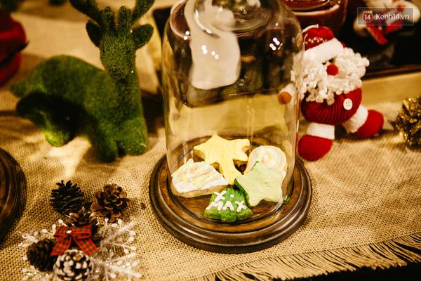 Những chiếc bánh gừng hình cây thông và các biểu tượng cho mùa Giáng Sinh được bày ở khắp mọi nơi.
